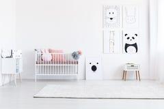 Галерея чертежей в спальне ` s девушки Стоковое фото RF