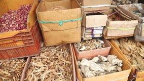 ГАЛЛЕ, ШРИ-ЛАНКА - МАРТ 2014: Коробки высушенных рыб показанных в местном рынке в Галле Галле административная столица  сток-видео