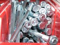 Гальванизированные винты машины в красной коробке стоковые изображения rf