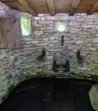 Гальюн с местом в интерьере малого каменного здания с стоковая фотография rf