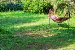 Гамак в зеленом саде Весна Стоковая Фотография