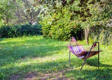 Гамак в зеленом саде Весна Стоковые Изображения