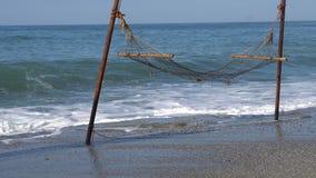 Гамак отбрасывая на пляже сток-видео
