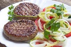 2 гамбургера в плите Стоковое Изображение