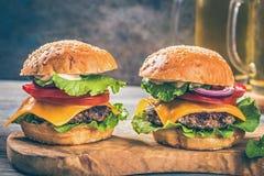 2 гамбургера на борту Стоковые Фото