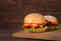 2 гамбургера на деревянной доске Стоковые Изображения