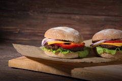 2 гамбургера на деревянной доске Стоковая Фотография