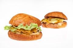 2 гамбургера на изолированной предпосылке Стоковое Изображение