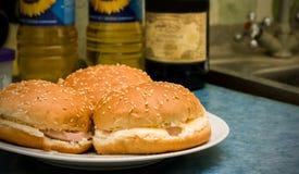 3 гамбургера на плите на кухонном столе Стоковые Фото
