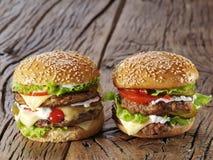 2 гамбургера на старой древесине Стоковое Изображение