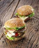 2 гамбургера на старой таблице Стоковая Фотография