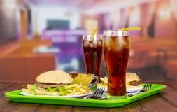 2 гамбургера сервировок, французских фраи, кола и соус Стоковое фото RF