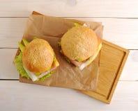 2 гамбургера с беконом на бумаге Kraft Стоковые Изображения