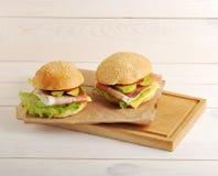 2 гамбургера с беконом на бумаге Kraft Стоковые Фотографии RF