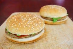 2 гамбургера Стоковые Изображения