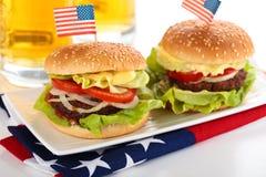 Гамбургеры и пиво Стоковое Изображение
