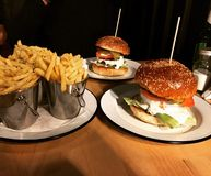 Гамбургеры и фраи Стоковые Фотографии RF