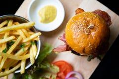 Гамбургеры и француз жарят на деревянном подносе стоковые фото