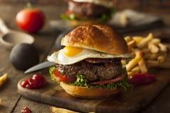 Гамбургер бекона Homemmade с яичком Стоковые Фотографии RF