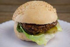 Гамбургер в плите на деревянном столе Стоковое фото RF