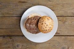 Гамбургер в плите на деревянном столе Стоковые Фото