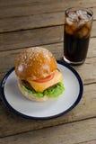 Гамбургер в плите с стеклом холодного напитка Стоковая Фотография RF