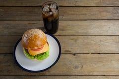 Гамбургер в плите с стеклом холодного напитка Стоковые Фотографии RF