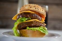 Гамбургер в плите Стоковая Фотография