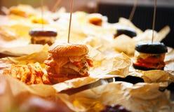 Гамбургер в ресторане фаст-фуда Стоковые Фотографии RF