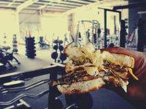 Гамбургер в руке Стоковое Изображение RF