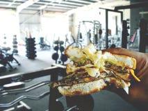 Гамбургер в руке Стоковое Фото