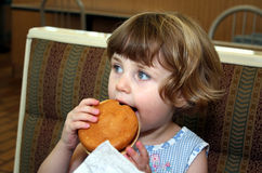гамбургер девушки Стоковая Фотография RF