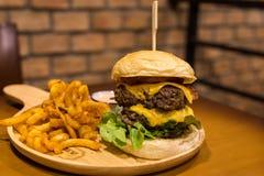 Гамбургер и фраи на деревянном столе Стоковые Фото