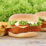 Гамбургер и фраи fishburger бургера рыб Стоковые Фото