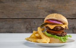 Гамбургер и француз жарят в плите на деревянном столе Стоковая Фотография RF