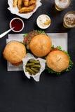 2 гамбургер и cheeseburger с светлым пивом Стоковые Фото