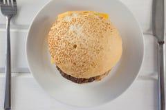 Гамбургер, который служат в плите Стоковые Изображения