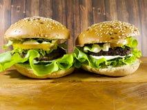 Гамбургер на деревянной доске Стоковые Изображения