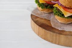 Гамбургер на деревянной доске Стоковые Изображения RF