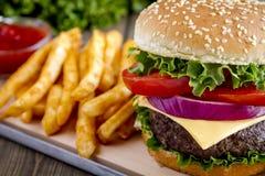 Гамбургер на плюшке семени сезама с фраями Стоковые Фотографии RF