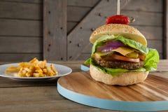 Гамбургер на прерывая доске Стоковые Фотографии RF