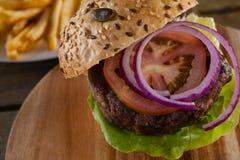 Гамбургер на прерывая доске Стоковые Изображения RF