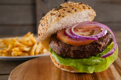 Гамбургер на прерывая доске Стоковое Фото