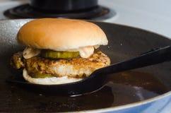 Гамбургер на плите Стоковые Фото