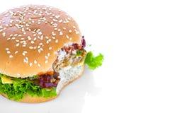 гамбургер предпосылки близкий снятый вверх по белизне Стоковые Изображения