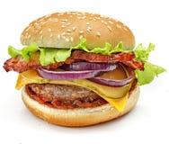 Гамбургер, сандвич, бургер с сыром, зеленый салат, луки, бекон, пирожки говядины и плюшки с семенами сезама на белой предпосылке Стоковая Фотография RF