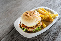 Гамбургер сделанный домом с французскими фраями Стоковая Фотография