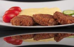 Гамбургер с картофельными пюре на черной акриловой доске Стоковая Фотография RF