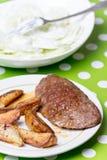 Гамбургер с картошками и салатом огурца Стоковые Фотографии RF