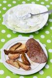 Гамбургер с картошками и салатом огурца Стоковое фото RF